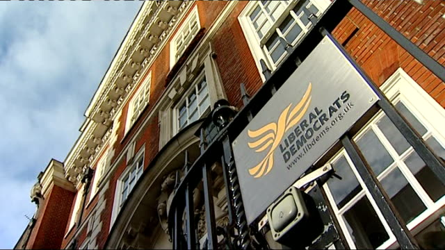 lord rennard apologises to women who accused him of sexual harrassment t15011401 1512014 ext liberal democrat headquarters - クリス・レナード点の映像素材/bロール