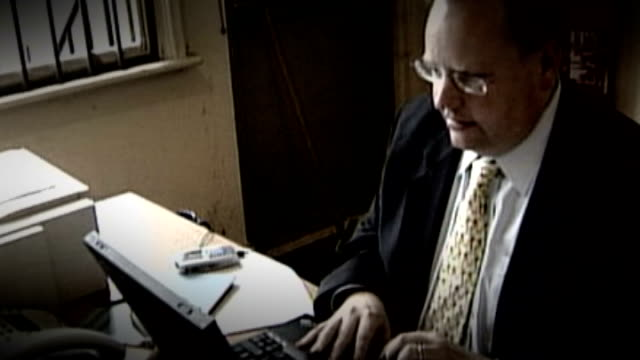 liberal democrat response / more allegations t24060466 / tx leicester lord rennard working on laptop computer at desk - クリス・レナード点の映像素材/bロール