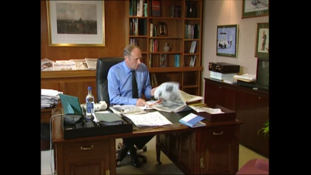 paul dacre interview; england: london: offices of the daily mail: paul dacre setup shot reading newspaper - デイリーメール点の映像素材/bロール