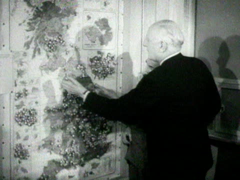 lord woolton the chairman of the conservative party and a colleague look at a map showing the conservative losses and gains during the 1951 general... - ordförande bildbanksvideor och videomaterial från bakom kulisserna