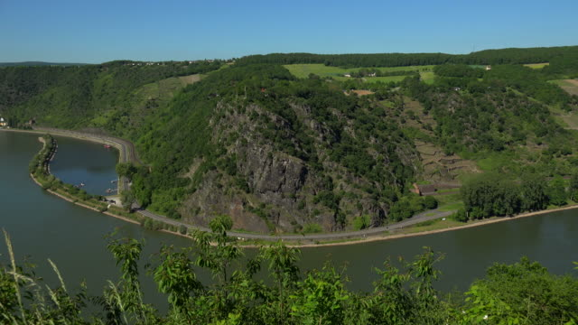 loreley rock near st. goarshausen, rhine river, rhineland-palatinate, germany - rhein stock-videos und b-roll-filmmaterial