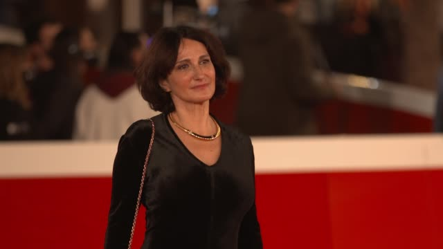 "lorenza indovina arrives on the red carpet ahead of the ""cosa sara'"" screening during the 15th rome film fest on october 24, 2020 in rome, italy. - rome film festival点の映像素材/bロール"