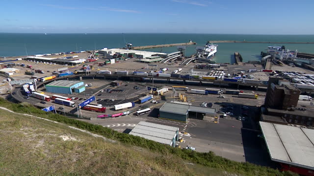 vidéos et rushes de lorries carrying cargo coming through the port of dover - carrying