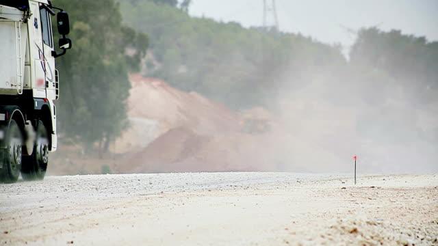 vídeos de stock, filmes e b-roll de camião na nova construção de estrada site - equipamento de construção