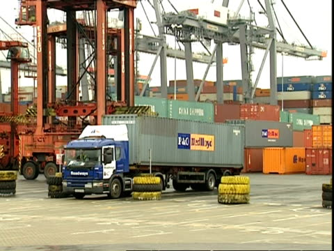 lorry driving container away, container terminal, southampton, uk - 英国ハンプシャー点の映像素材/bロール