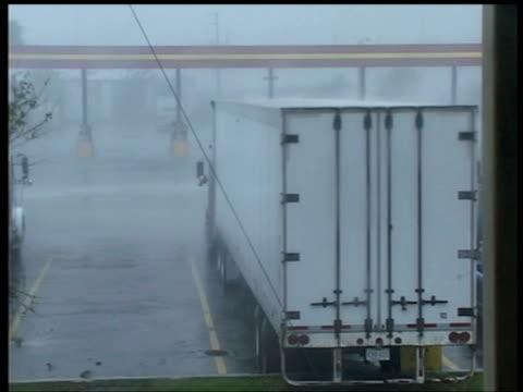 vídeos y material grabado en eventos de stock de lorry is rocked by wind of hurricane frances fort pierce florida 5 sep 2004 - balancearse