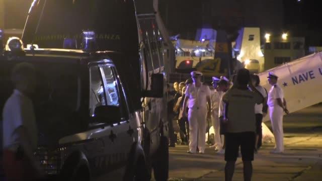 vídeos y material grabado en eventos de stock de los 67 migrantes a bordo del buque diciotti de los guardacostas italianos atracado en sicilia desembarcaron la noche del jueves - jueves