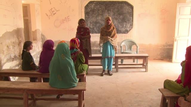 los 7000 colegios fantasma de pakistan son el reflejo de una creciente crisis en la educacion en el pais donde unos 5 millones de ninos no acuden al... - naciones unidas stock videos & royalty-free footage