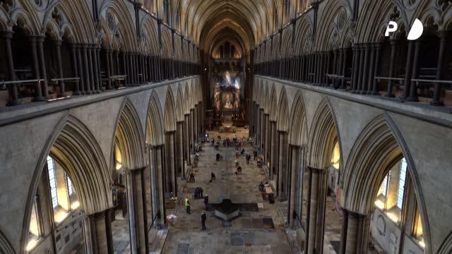 los altos muros medievales de la catedral inglesa de salisbury, erigidos para celebrar la fe, albergan ahora la esperanza nacida de los últimos... - idyllic stock videos & royalty-free footage