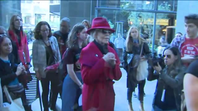 los angeles, ca, u.s., - actress jane fonda brings her climate change demonstrations to on friday, feb 7, 2020. - ジェーン・フォンダ点の映像素材/bロール