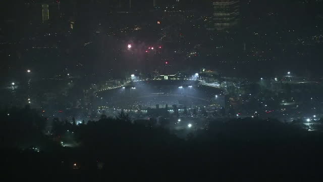 ktla los angeles ca us aerial view of 4th of july fireworks at dodger stadium at night on july 4 2019 - baseballmannschaft stock-videos und b-roll-filmmaterial