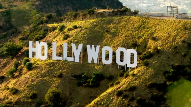 vidéos et rushes de los angeles, ca, u.s. - aerial view of hollywood sign on tuesday, august 25, 2020. - enseigne hollywood