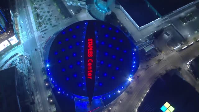vídeos de stock e filmes b-roll de los angeles, ca, u.s. - aerial view - staples center illuminated in blue in tribute to tommy lasorda. on monday, january 11, 2021. - staples center