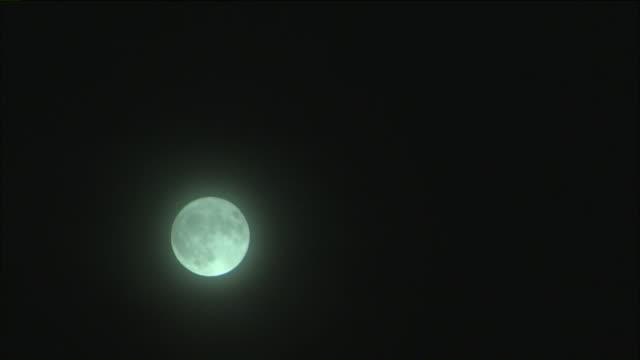 vídeos de stock, filmes e b-roll de los angeles, ca, u.s. - airplane flying against full moon on dark sky on friday, september 13, 2019. - espaço e astronomia