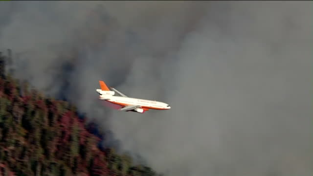 los angeles, ca, u.s. - airplane flying over forest fire on sunday, august 2, 2020. - forest stock videos & royalty-free footage