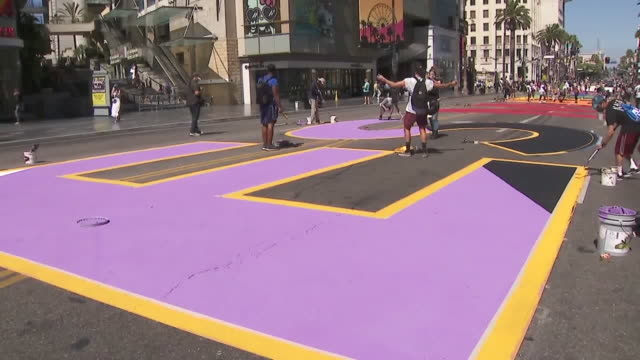vídeos de stock e filmes b-roll de ktla los angeles ca us 'all black lives matter' painted in bright colorful letters along hollywood boulevard in front of the dolby theatre on... - bulevar