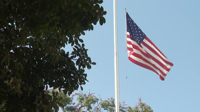 los angeles, ca, u.s. - american flag half staff to honor ruth joan bader ginsburg, on sunday, september 20, 2020. - 光栄点の映像素材/bロール