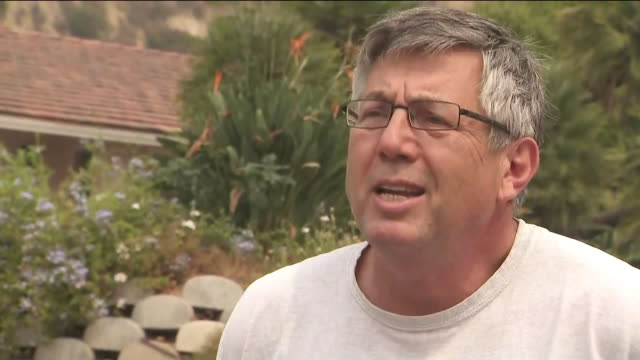 los angeles, ca, u.s. - arcadia resident speaks about the bobcat fire on sunday, september 13, 2020. the massive wildfire that has been burning in... - evakuierung stock-videos und b-roll-filmmaterial