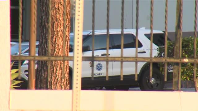 stockvideo's en b-roll-footage met los angeles, ca, u.s. - coroner's vans parked in front of los angeles county department of medical examiner-coroner building on friday, april 17,... - lijkschouwer