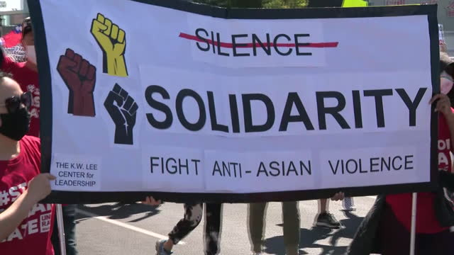vidéos et rushes de los angeles, ca, u.s. - crowd of people marching at stop asian hate rally in los angeles. on saturday, march 27, 2021. - défiler