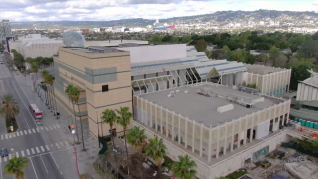 los angeles, ca, u.s. - drone views of los angeles county museum of art closed during covid-19 pandemic, on wednesday, march 25, 2020. - ロサンゼルスカウンティ美術館点の映像素材/bロール
