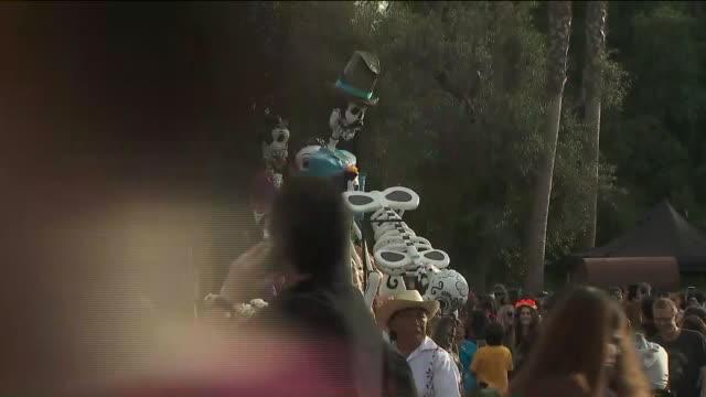 los angeles, ca, u.s., - elaborate decorations at 20th annual dia de los muertos festival at hollywood forever cemetery, on saturday, nov 2, 2019. - dia stock videos & royalty-free footage
