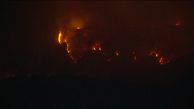 los angeles, ca, u.s. - flames and smokes of the bobcat fire burning in the angeles national forest at night on monday, september 14, 2020. the fire... - エンジェルス国有林点の映像素材/bロール
