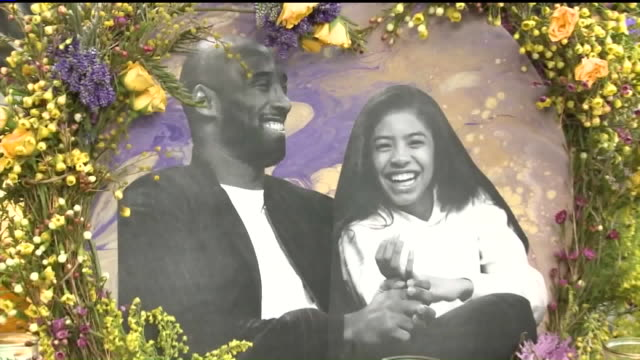 los angeles, ca, u.s. - flowers and memorabilia during a vigil held for nba legend kobe bryant outside the staples center on tuesday, january 28,... - gedenkveranstaltung stock-videos und b-roll-filmmaterial