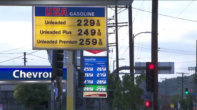 vídeos de stock e filmes b-roll de ktla los angeles ca us gas prices displayed at gas station in los angeles on monday april 20 2020 - gas station