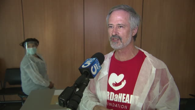 los angeles, ca, u.s. - guard-a-heart foundation volunteer speaking about possible covid-19 reinfection. local leaders are providing free coronavirus... - epidemiologia video stock e b–roll