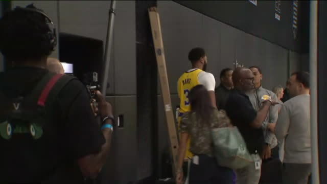 los angeles, ca, u.s., - los angeles lakers players prepare for press conference during lakers media day at staples center, on friday, sep 27, 2019. - モンタージュ・ビバリーヒルズ点の映像素材/bロール