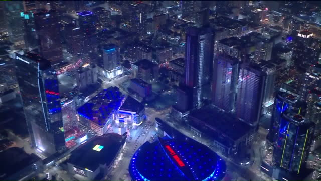 los angeles, ca, u.s. - night aerial view of downtown and traffic outside staples center after lakers win nba championship, on sunday, october 11,... - staples center video stock e b–roll