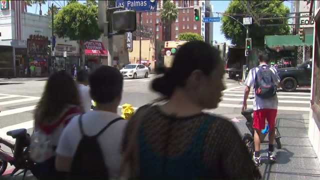 vidéos et rushes de los angeles, ca, u.s., pedestrians walking along hollywood boulevard, on thursday, july 11, 2019. - piéton