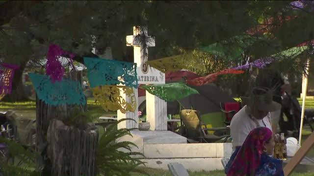 los angeles, ca, u.s., - people celebrating 20th annual dia de los muertos festival at hollywood forever cemetery, on saturday, nov 2, 2019. - dia stock videos & royalty-free footage