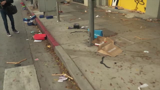 los angeles, ca, u.s. - people cleaning sidewalk and desolated store in santa monica the day after george floyd protest on monday, june 1, 2020. - 公共物破壊点の映像素材/bロール