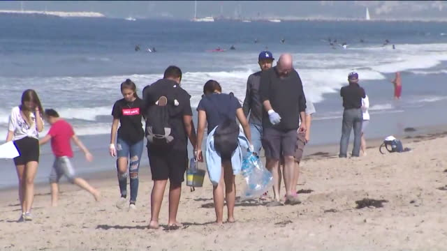 los angeles, ca, u.s. - people cleaning up beach on sunday, september 20, 2020. - 利他主義点の映像素材/bロール