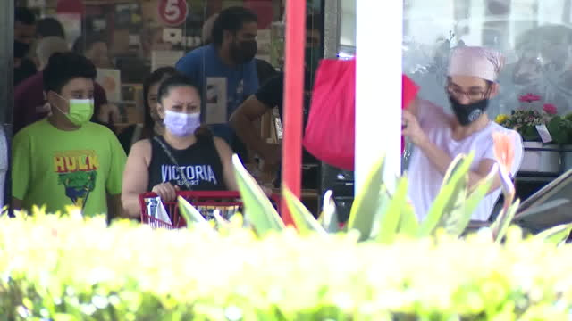 los angeles, ca, u.s. - people in masks shopping at trader joe's as grocery chain drops its mask requirement, stating that fully vaccinated customers... - catena di negozi video stock e b–roll