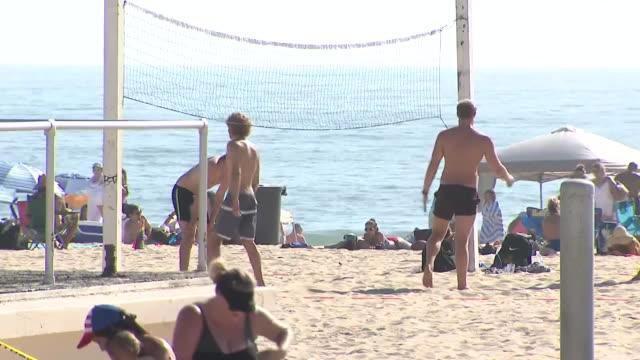 vídeos de stock, filmes e b-roll de los angeles, ca, u.s. - people relaxing on beach during coronavirus pandemic on sunday, august 2, 2020. - toalha de praia