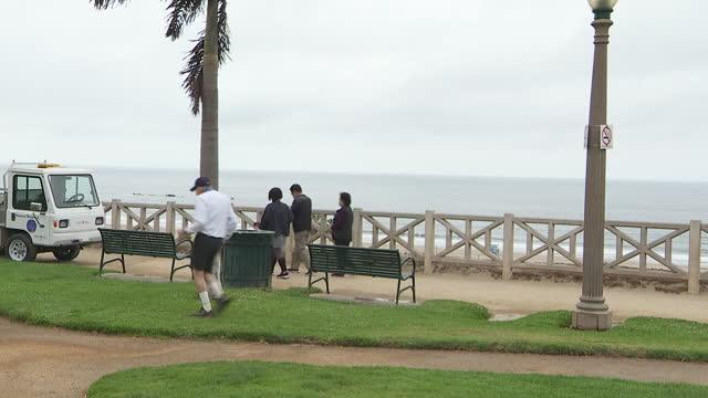 stockvideo's en b-roll-footage met los angeles, ca, u.s. - people walking and jogging on beachfront in santa monica on tuesday, may 18, 2021. - dog run