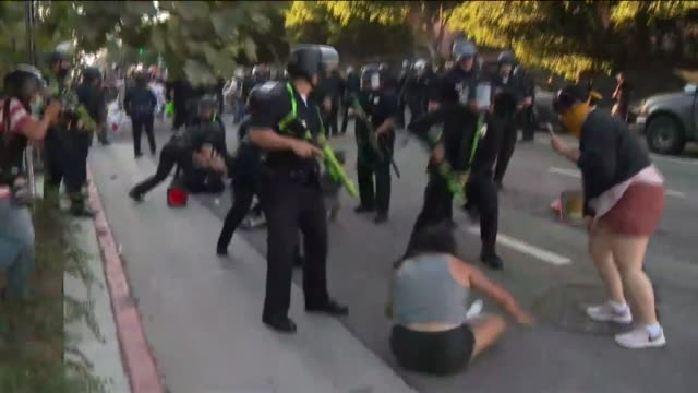 los angeles, ca, u.s. - police officers beating up protestors on saturday, july 25, 2020. - violenza video stock e b–roll