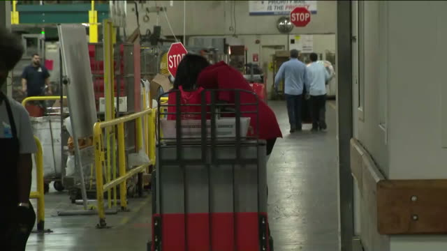 los angeles, ca, u.s - postal service workers move parcels at post office distribution center on tuesday, december 10, 2019. - postamt stock-videos und b-roll-filmmaterial