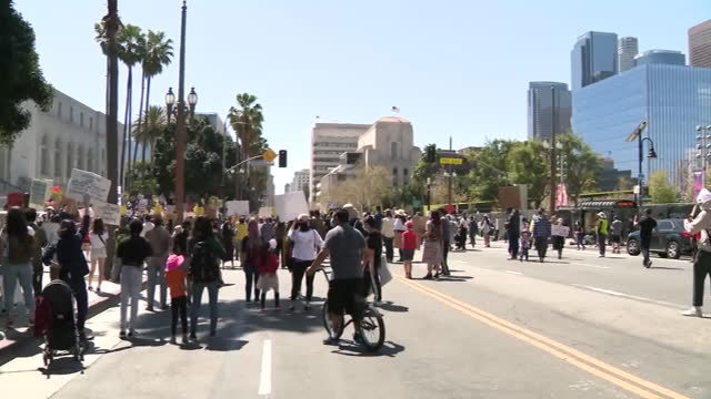 vidéos et rushes de los angeles, ca, u.s. - protestors holding placards while listening to speech at stop asian hate rally in downtown los angeles, california, u.s. on... - justice sociale concept