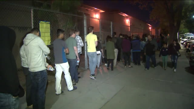 los angeles, ca, u.s. - scenes from exterior of polling place facing technical issues. problems plagued voting sites throughout state, including in... - 米国大統領選挙点の映像素材/bロール
