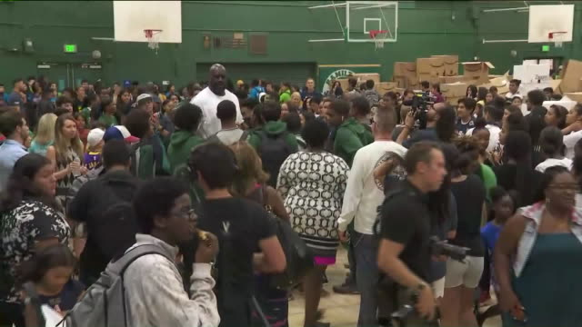 los angeles, ca, u.s. - shaquille o'neal surrounded by students at school supplies charity event t, on monday, august 5, 2019. - shaquille o'neal stock videos & royalty-free footage