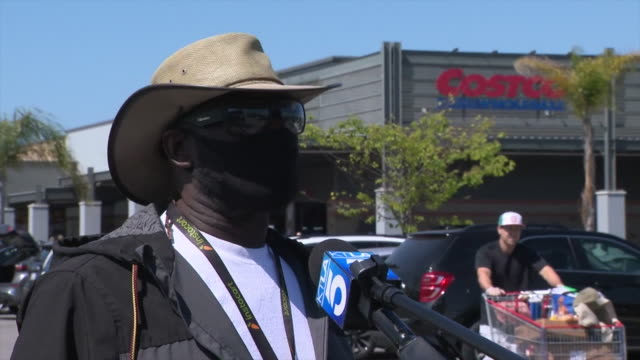 vídeos y material grabado en eventos de stock de ktla los angeles ca us supermarket worker talking about protection and hygiene during coronavirus pandemic on monday march 30 2020 - corona accesorio de cabeza