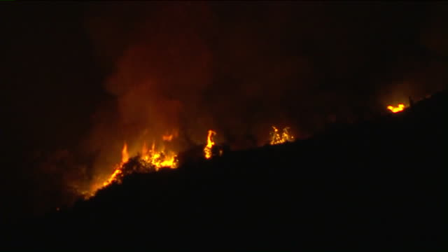 los angeles, ca, u.s. - the bobcat fire burning in the angeles national forest at night on monday, september 14, 2020. the fire has burned across a... - エンジェルス国有林点の映像素材/bロール
