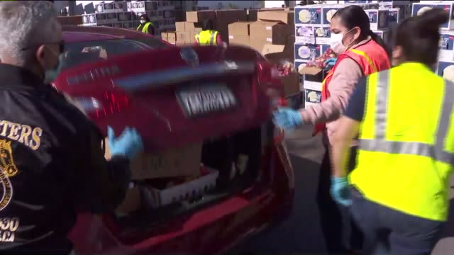 vídeos de stock, filmes e b-roll de ktla los angeles ca us the los angeles regional food bank workers loading boxes into cars on friday march 27 2020 the los angeles regional food bank... - caridade e assistência
