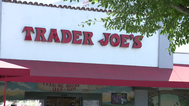 los angeles, ca, u.s. - trader joe's exterior and signage as grocery chain drops its mask requirement, stating that fully vaccinated customers don't... - catena di negozi video stock e b–roll