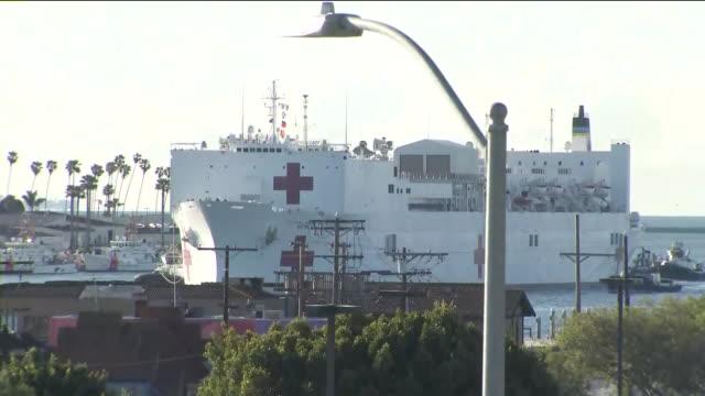 vídeos y material grabado en eventos de stock de los angeles, ca, u.s. - us navy ship mercy docking in port of becoming largest hospital in the city amid pandemic on friday, march 27, 2020. - puerto de los angeles