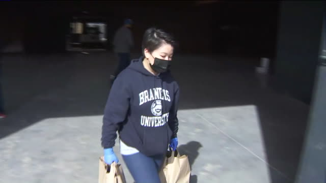 ktla los angeles ca us volunteers loading bags with food into cars to deliver to seniors under quarantine during coronavirus outbreak real estate... - sozialarbeit stock-videos und b-roll-filmmaterial